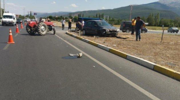Afyonkarahisar'da otomobil ile traktör çarpıştı: 3 yaralı