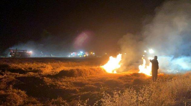 Biçerdöver ve ekili buğday tarlası yanarak kül oldu