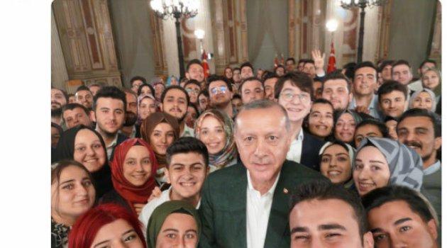 Cumhurbaşkanı Erdoğan'dan gençlerle selfie paylaşımı