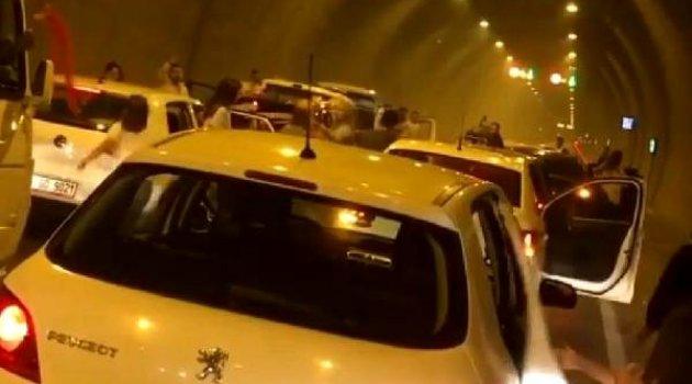 Düğüne giderken Konak Tüneli'nde halay çeken grup trafiği felç etti