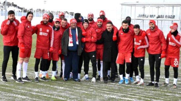 Fenomen simitçi Ahmet Yaşin, Sivasspor antrenmanında futbolcularla tanıştı
