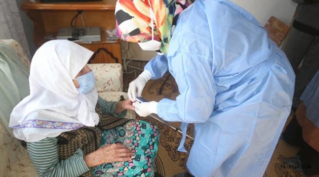 Beyşehir'de 103 yaşındaki Hatice Şanlı'ya CoronaVac aşısı uygulandı