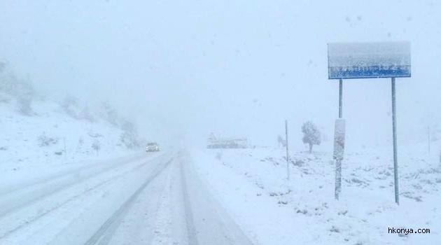 Konya yolunda kar yağışı