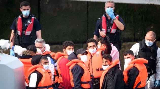 Manş Denizi'ni geçerek İngiltere'ye ulaşan göçmenlerin akıbeti ne olacak?