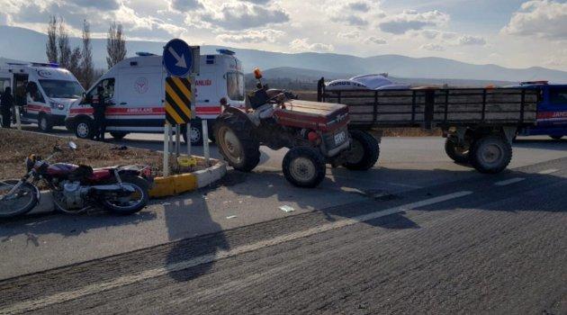 Motosikletle traktör çarpıştı: 1 ölü, 1 yaralı