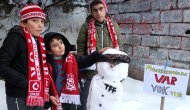 Sivassporlu minik taraftarlar, kardan hakem yapıp: Müessesimizde VAR yoktur yazdılar