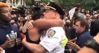 ABD'de George Floyd eylemlerinde polis ve eylemci el ele dua etti