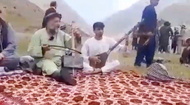 Taliban üyeleri, Afgan sanatçı Favad Andarabi'yi öldürmeden önce evinde çay içmiş