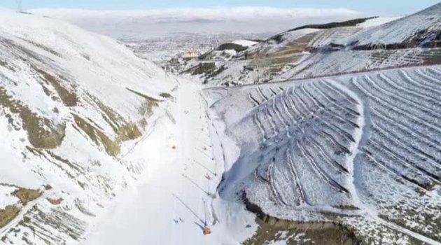 Turistler Palandöken'de kayak yapmanın keyfini yaşıyor