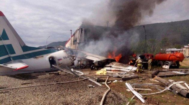 Yolcu uçağı binaya çarptı! Feci görüntüler...