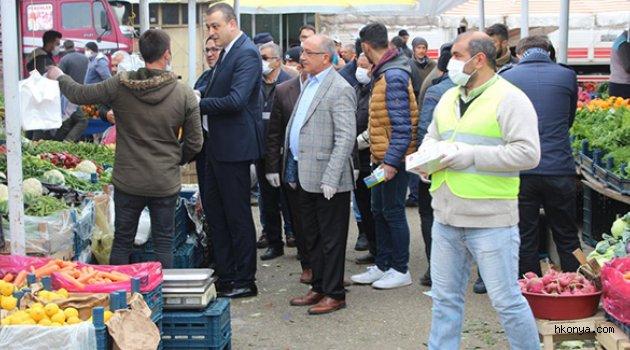 Yunak'ta  pazar esnafına eldiven ve maske dağıtıldı